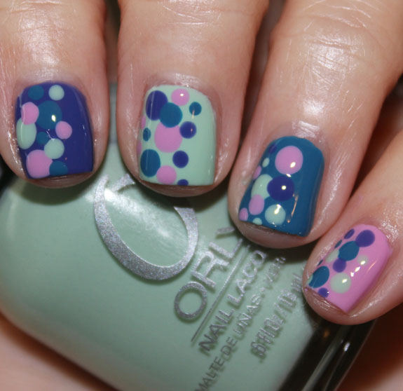 T-shirt inspired polka dot mani-2