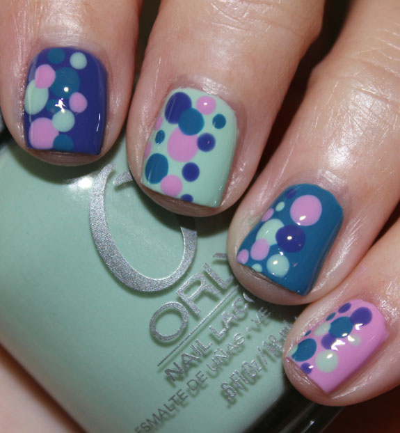 T-shirt inspired polka dot mani-3